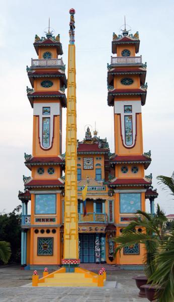 обелиск перед входом /храм г. Ка Мау Вьетнам/